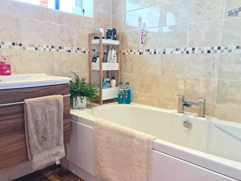 Renovieren Sie Ihr Badezimmer im Januar: Mein Badezimmer mit cremefarbenen Fliesen und einem Waschbecken aus Walnuss