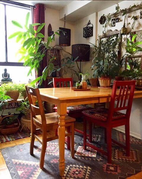 Pflanzen auf einem Esstisch